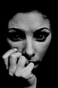 אישה מודאגת