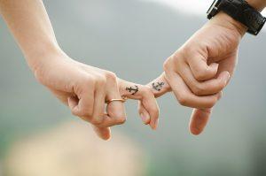 אצבעות משולבות של זוג