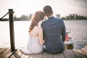 זוג מתחתן יושב על הדק