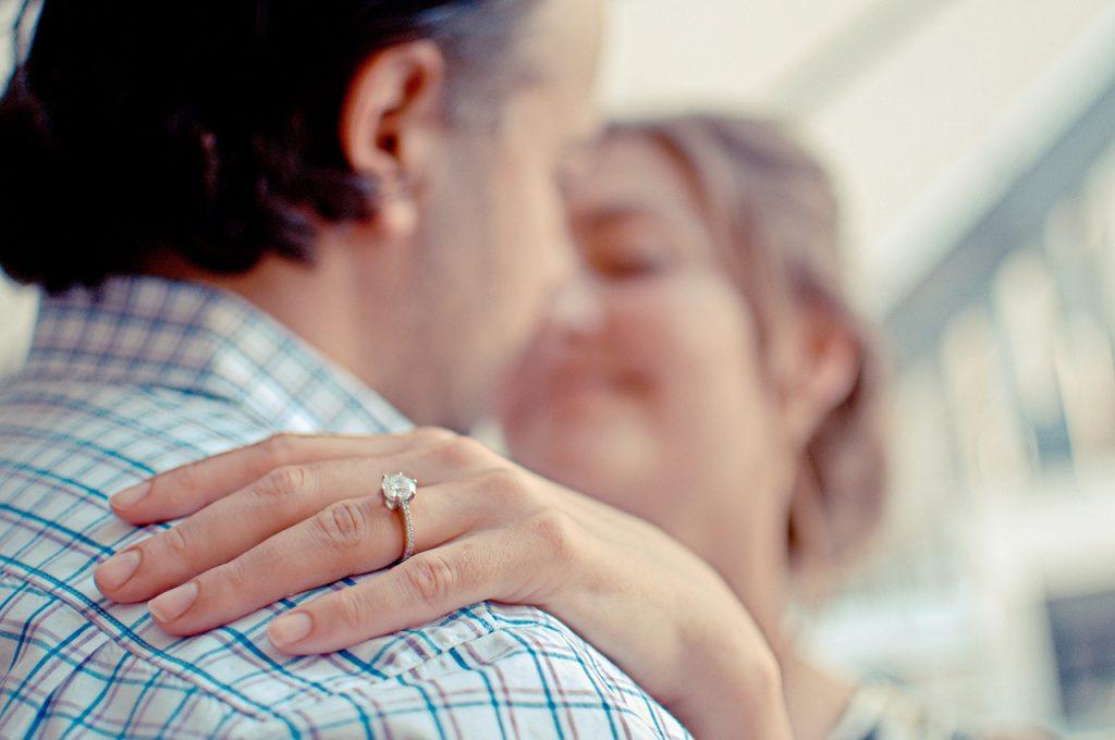 אישה עם טבעת