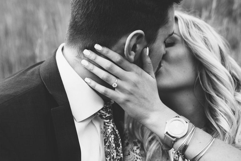 כיצד להתאים את הטבעת לשמלת החלומות שלה?