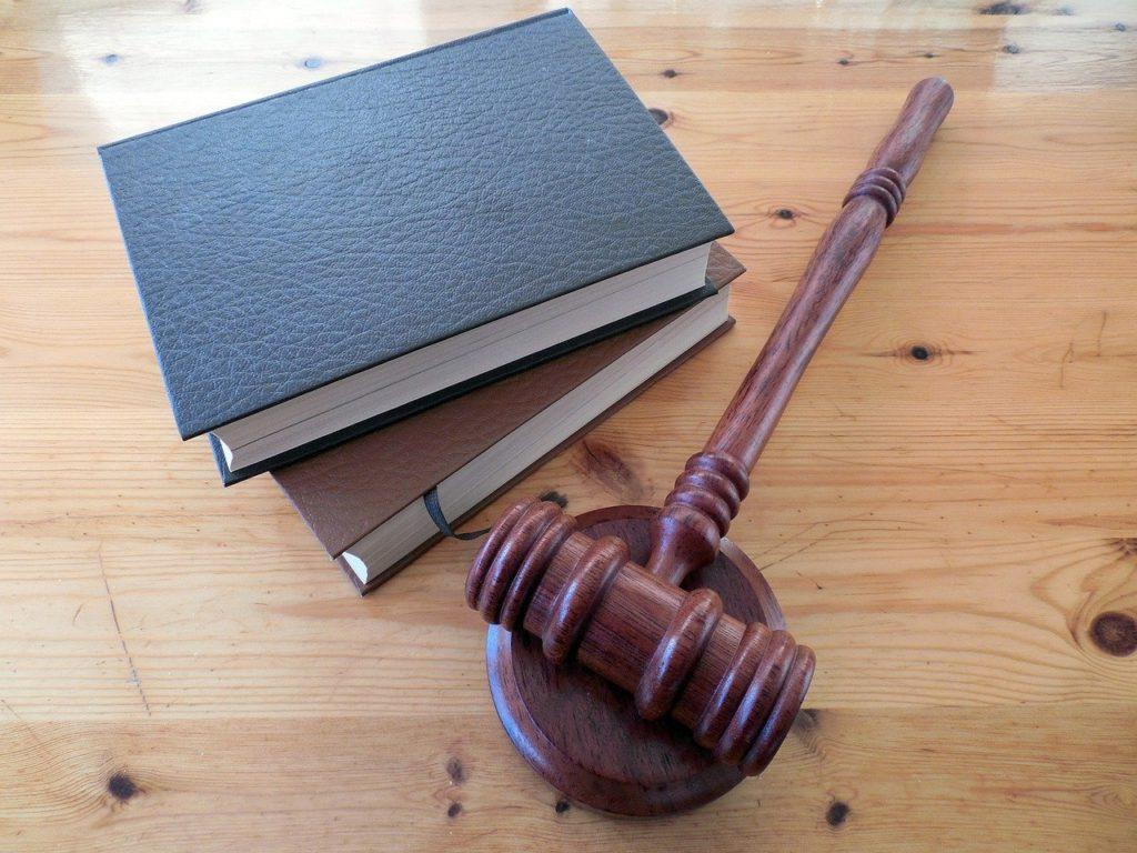 פטיש חום וספרים משפטיים