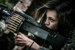אישה בצבא עם נשק